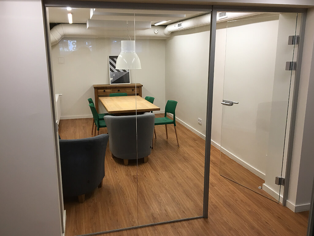 Frameless-glass-partitions-1