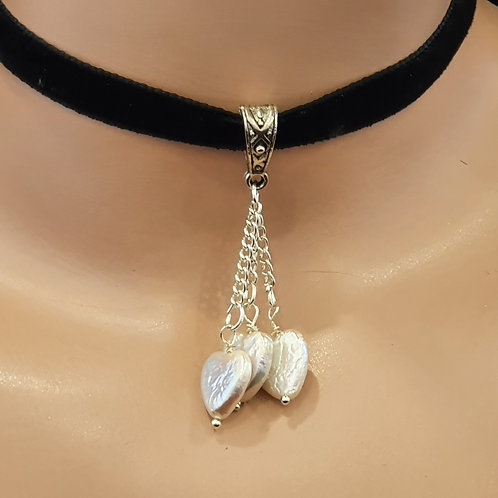 Choker with pearl hearts