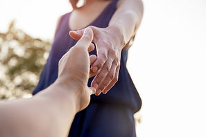 manos-femeninas-buscando-ayuda-mutuament