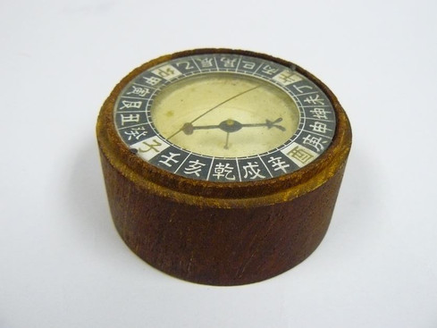 Replica of traditional Chinese wooden dry point compass .JPG