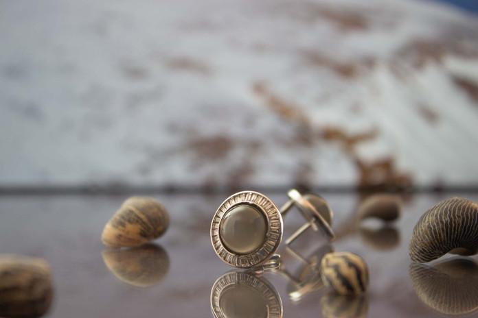 Ohrclips 750 Weißgold mit Diamant-Baguettes und grauen Mondstein-Cabochons
