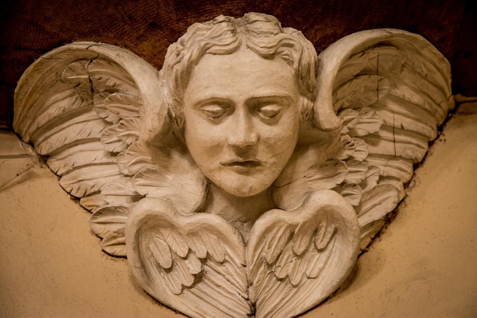 Anjel podopierajúci kazateľnicu