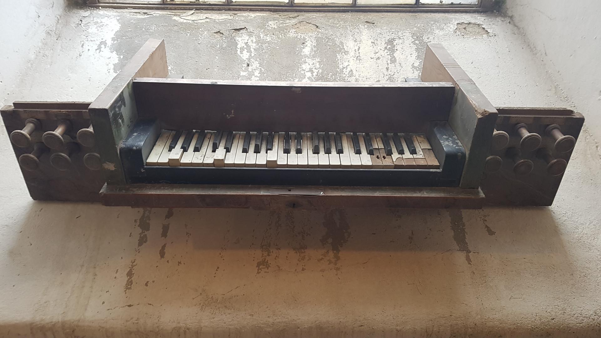 Pozostatok hracieho stola pôvodného organu z roku 1832
