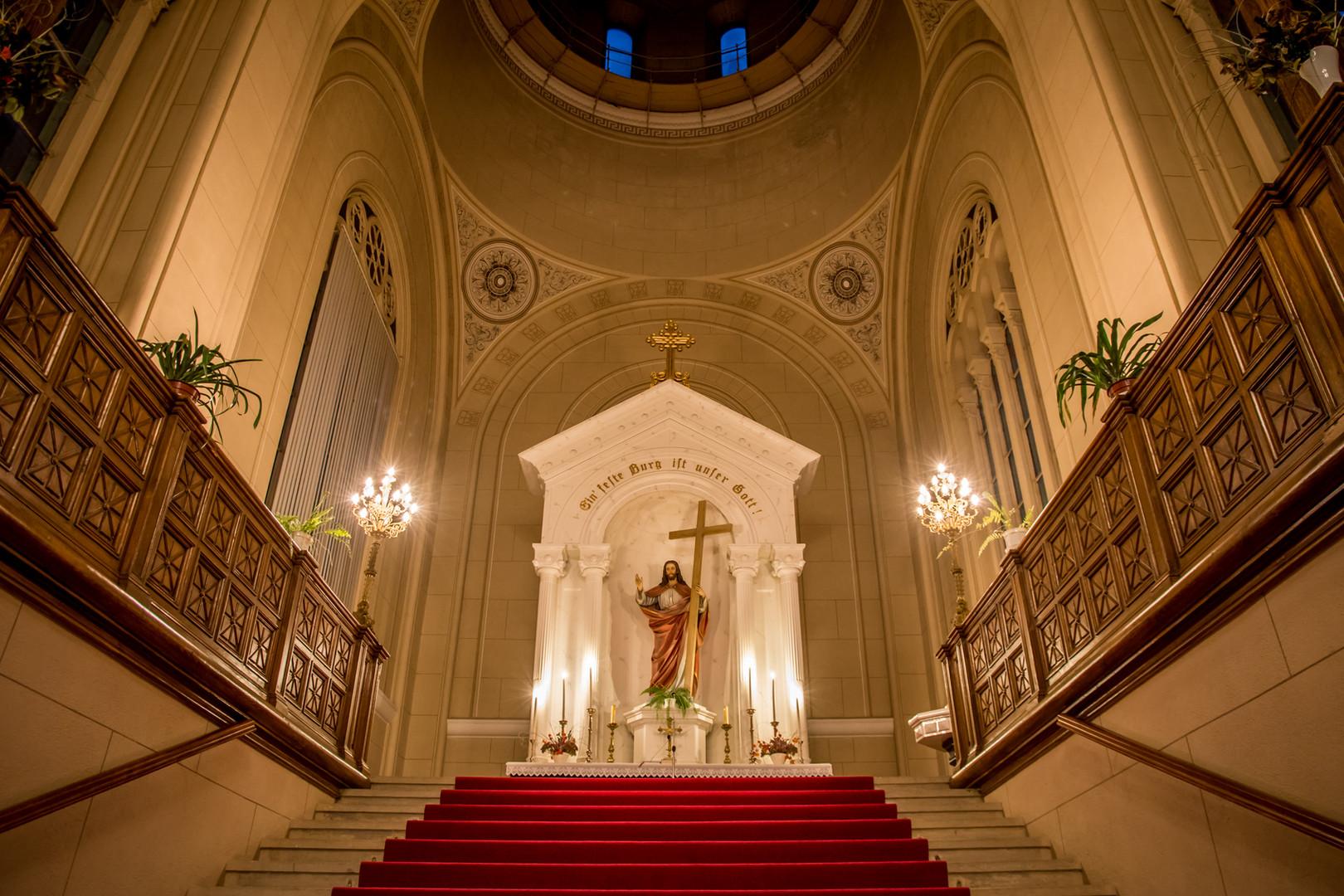 Pohľad na oltár a kupolu