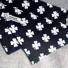 Białe koniczyny na czarnym