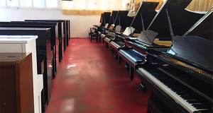 אולם תצוגה 3 פסנתרים יפניים