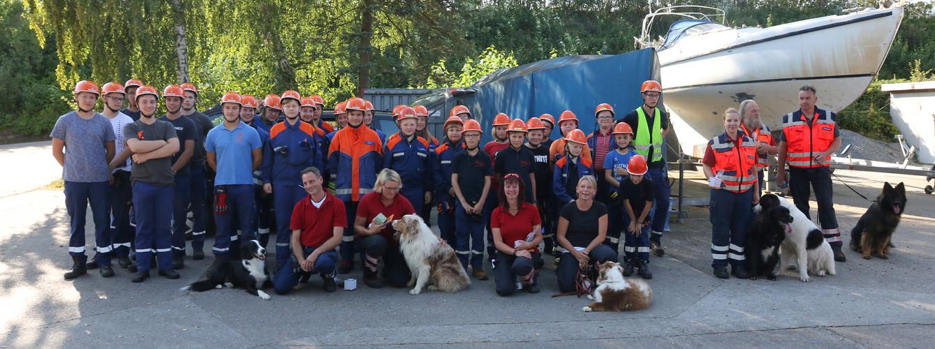 Gruppenfoto mit Rettungshundestaffel