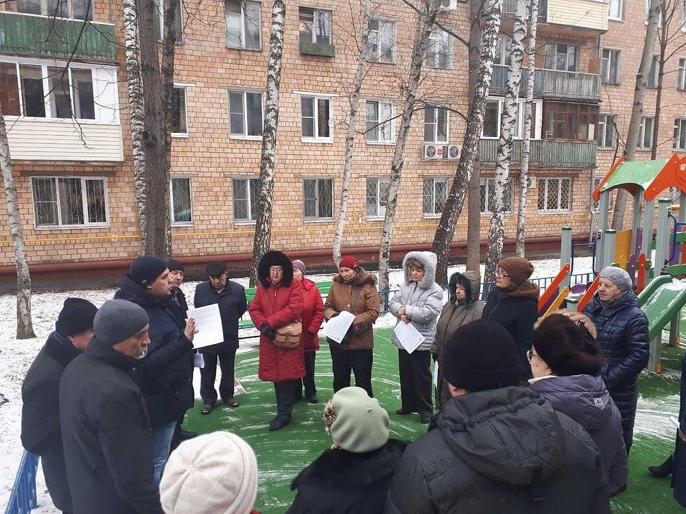 Независимый депутат Константин Янкаускас на встрече с жителями по реновации и благоустройству района