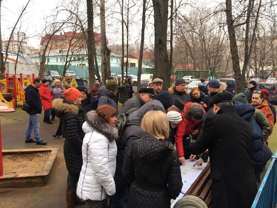 Встреча депутатов Штаба Зюзино с жителями. ул. Болотниковская, 15