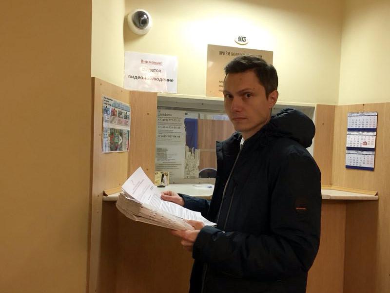 Юрий Самгин, муниципальный депутат Зюзино, передаёт 1000 подписей мэру Москвы Собянину за сохранение 10-го роддома