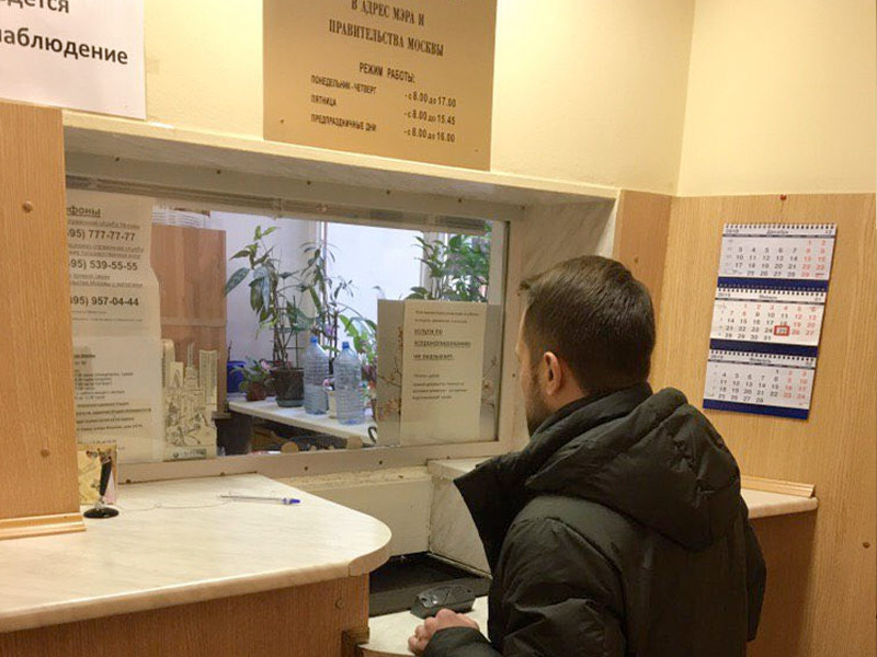 Александр Замятин, муниципальный депутат Зюзино, передаёт 1000 подписей мэру Москвы Собянину за сохранение 10-го роддома