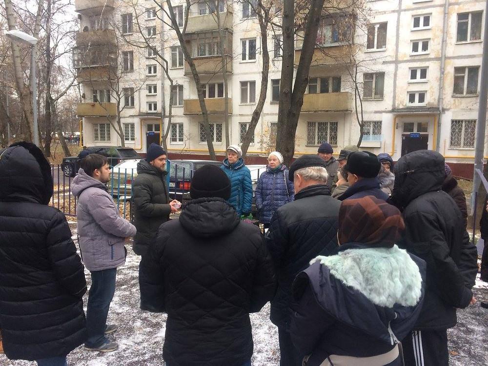 Независимый депутат Зюзино Александр Замятин на встрече с жителями