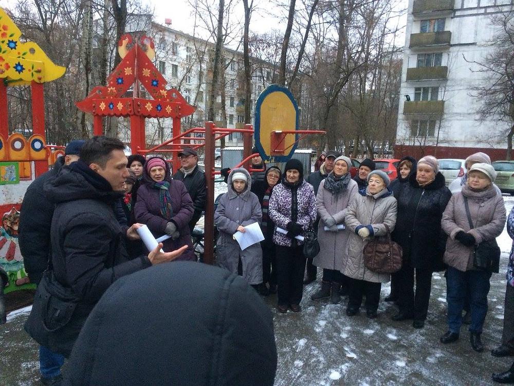 Независимый депутат Зюзино Юрий Самгин на встрече с жителями пятиэтажек