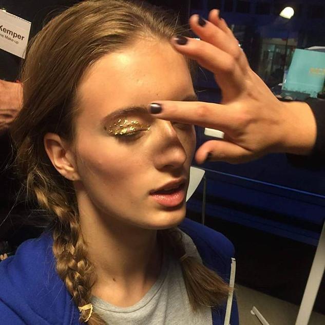 💰💰💰 Golden Eyes 💰💰💰 #mua #mua_anjaregoord #makeupartist #fashionshow #goldeyes #goldmakeup #workingwithgold #makeupkit #superlookscosmetics_
