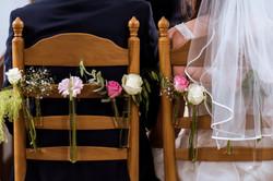 Kerk_stoel_versiering_met_bruid&bruidegom