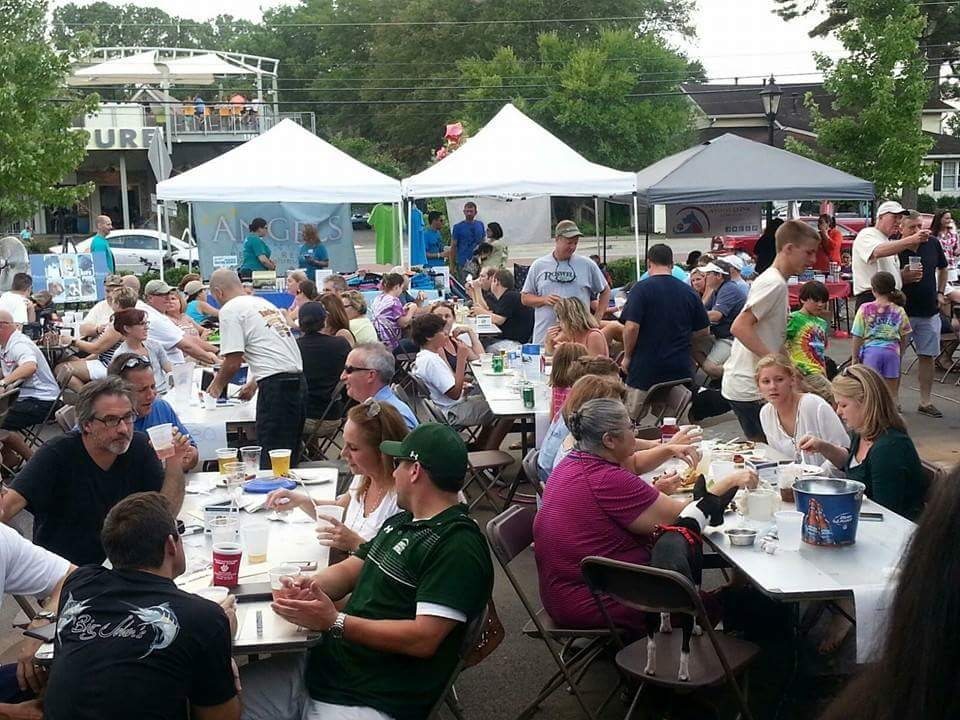 August 2015 crowd at Luckys