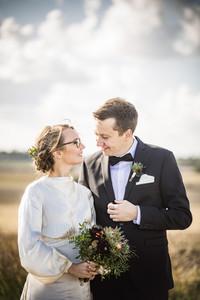 Romantiskt bröllopsporträtt i motljus