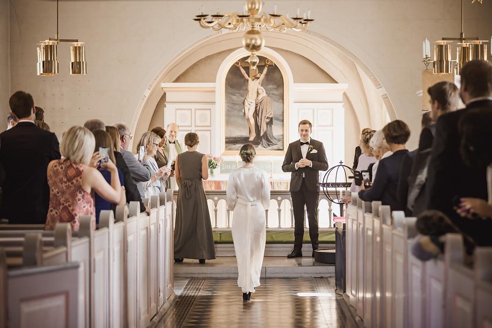 Bröllop i kyrka, brud går i mittgång