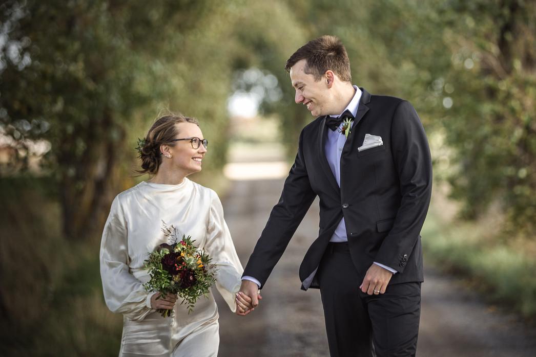 Bröllopsporträtt i allé
