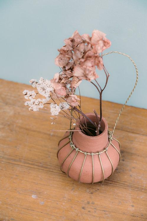 Petit vase en argile suspendu