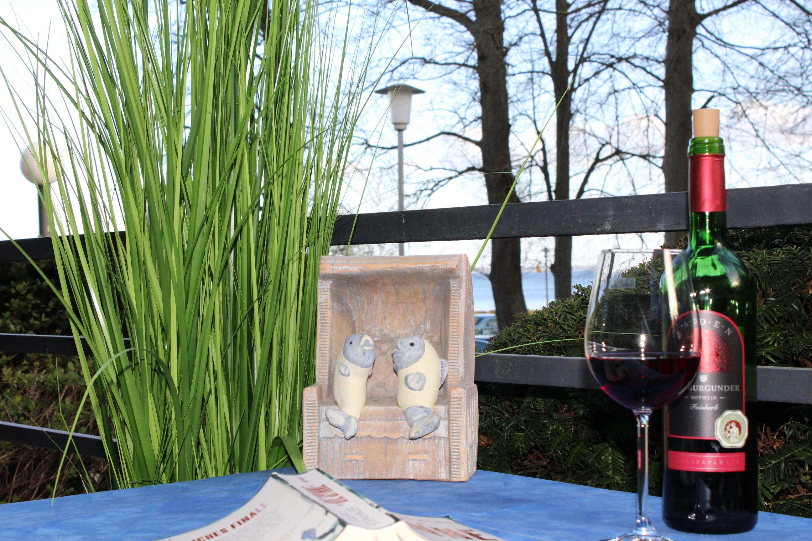 Ein Glas Wein auf dem Balkon
