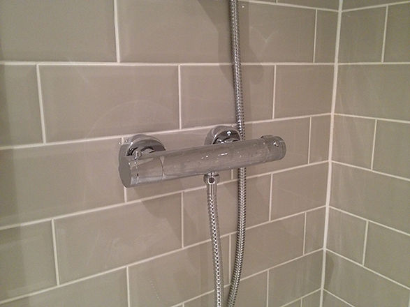 bathroom-installation-brick-pattern-tili