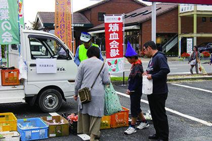 浜松 森田自動車街 こどもハロウィン2016』では野菜の軽トラ市
