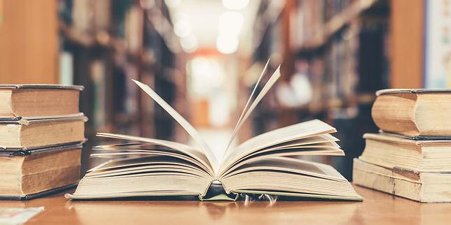 図書館で教科書を開く