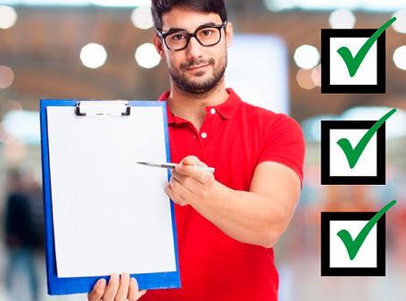 Estudante mostrando uma prancheta com um checklist