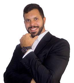Ricardo Pinto posando com mão no queixo