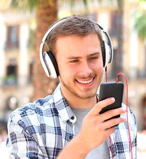 estudante-olhando-celular-com-headphone.