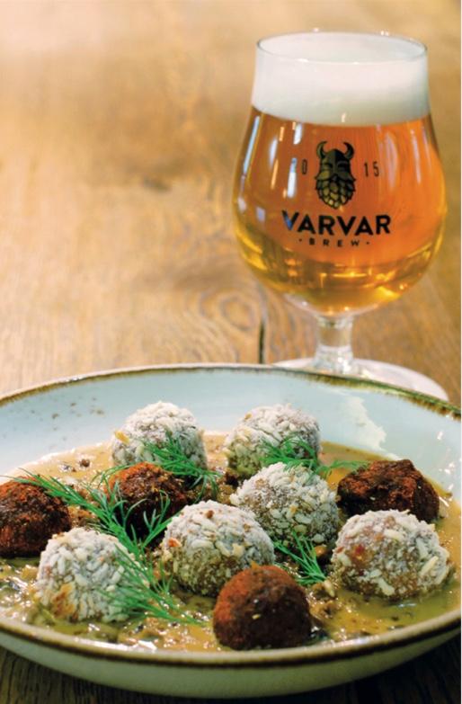 Golden Ale с митболамив копченой паприке и рисовых хлопьях и сливочно-грибной соус
