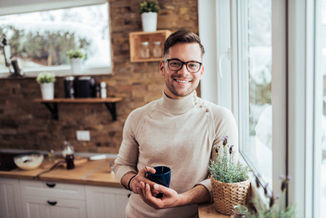 lifestyle-man-coffee-glasses