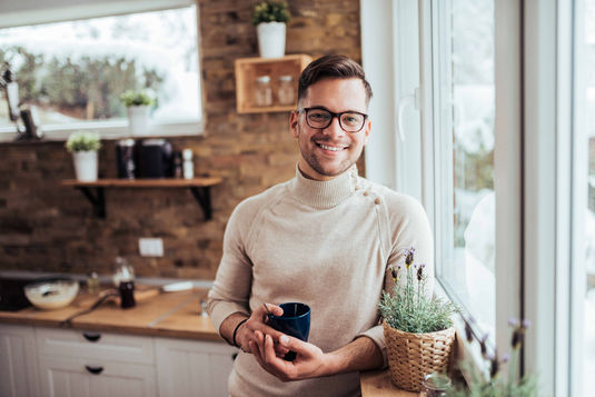lifestyle-man-coffee-glasses