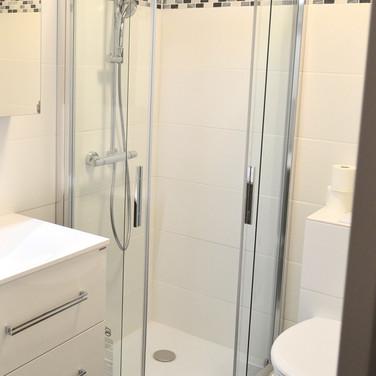 Moderne badkamer met regendouche