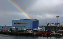 Hovlandshagen_-_Bømlo_Skipsservice_-_regnboge_-_kai_-_båtar_-_kranar_9396_GE
