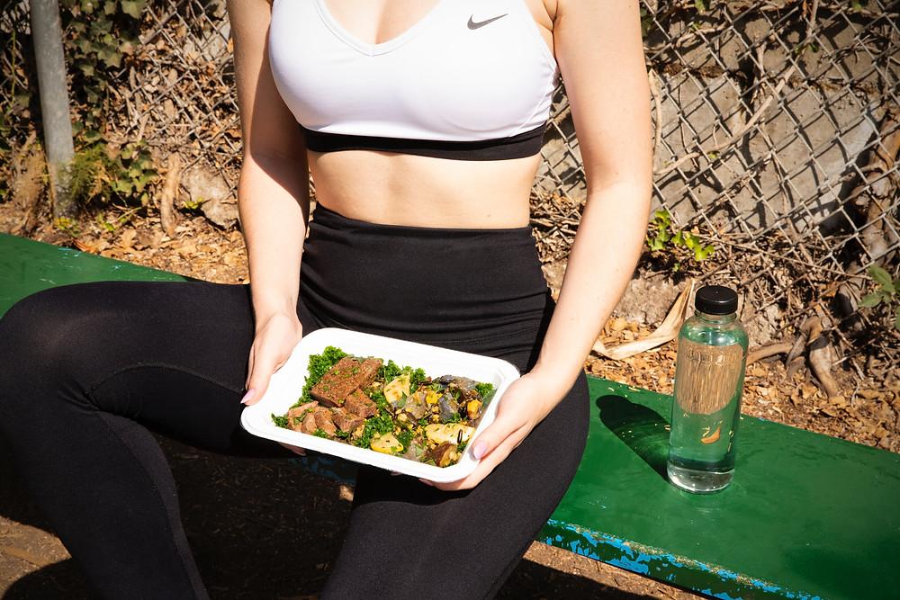 femme sportive qui mange