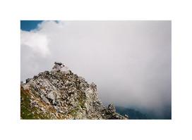 昨年、立山の雄山、標高3,003 mに登った時の頂上の写真。このまま天の国がある