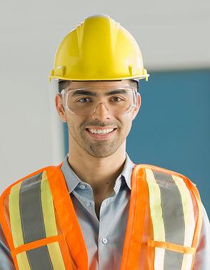 Operaio con gli occhiali di protezione