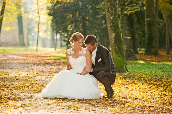 Bezaubernde Hochzeit im goldenen Herbstwald