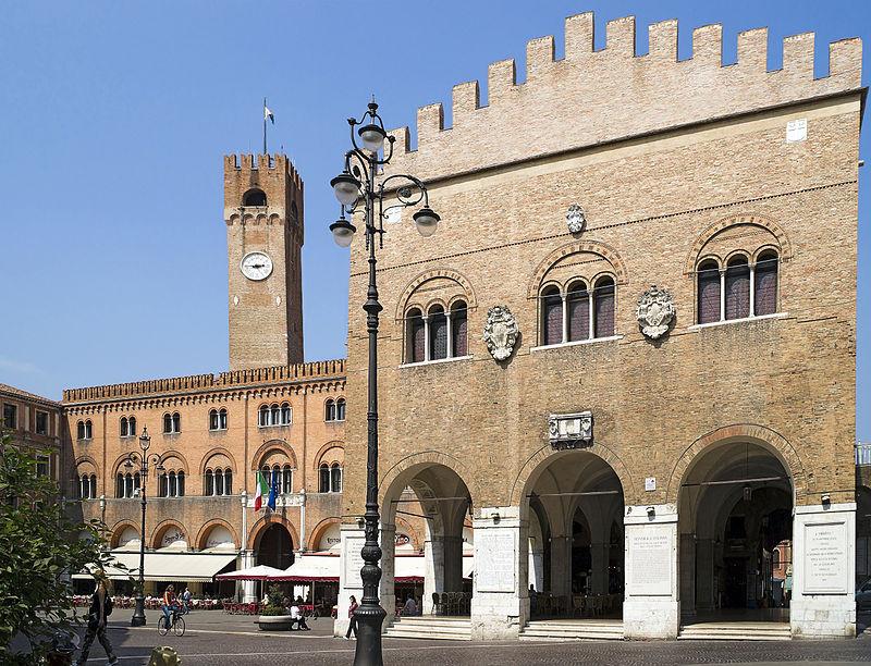 Il cuore della città: piazza dei Signori con palazzo dei Trecento e la Torre Civica sullo sfondo