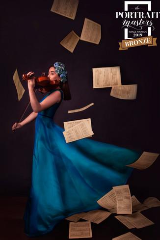 portrait-masters-silver-award-2019-violinista-vestido-azul-sonia-godinho-fotografia