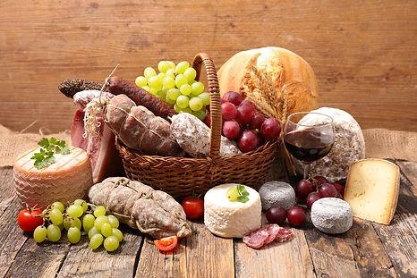 Panier en osier avec du fromage et de la viande froide