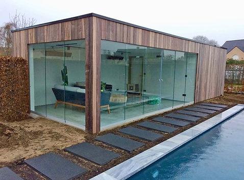 Poolhouse met glazen schuifwand