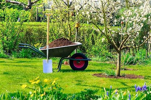 tuin met kruiwagen en schop
