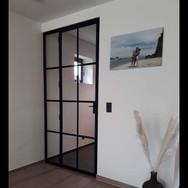 enkele smeedijzeren deur met vast licht