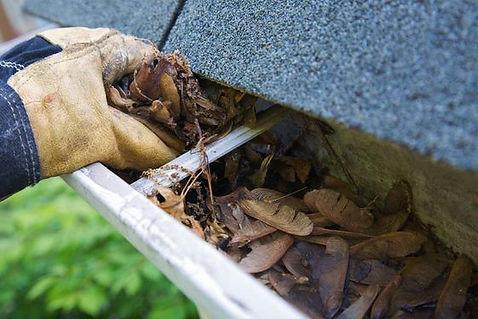 dakgoot reinigen bij een verstopte afvoerpijp