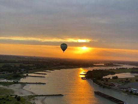 ballonvaart bij zonsondergang