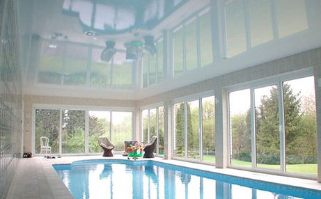 Plafond tendu au dessus d'une piscine