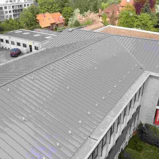 Staalplaat imitatie zink staande naad - gemeentehuis Heverlee